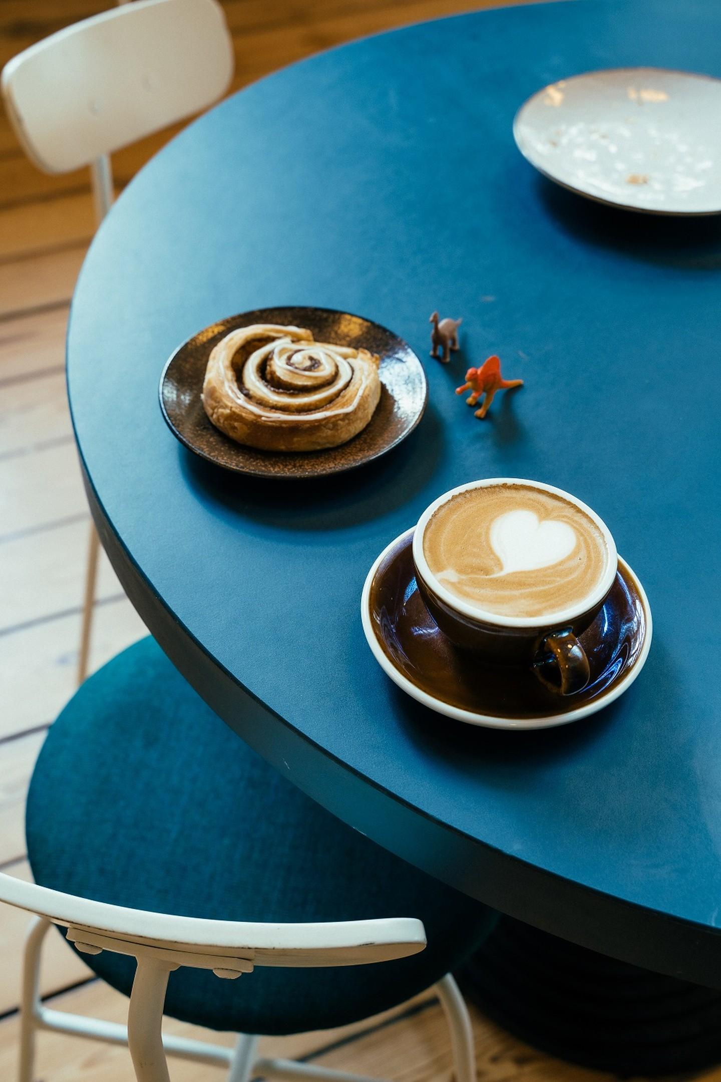 En kaffe og en kage på Riccos Kaffebar på Statens Naturhistoriske Museum