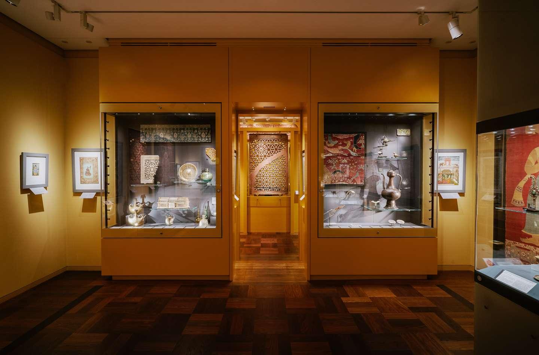 Et kig ind i den indiske afdeling med kunstværker fra 1707 til 1850, deriblandt kostbare smykker, indlagt med ædelsten, guld og emalje.