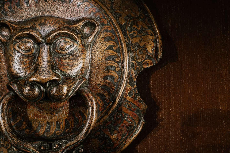 2.Dørhammer af bronze, der forestiller en løve med en ring med en hane i gabet. Rundt i kanten kan læses en indskrift, der udråber den islamiske trosbekendelse. Sicilien, 11. årh.