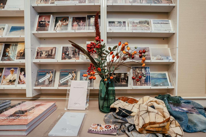 Butikken på Den Hirschsprungske Samling har et bredt udvalg af bøger, plakater, postkort og meget andet