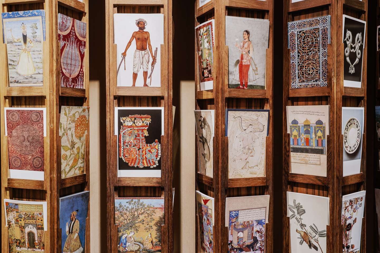 Museets smukke og populære postkort måler 13 x 18 cm. De kan købes til en stk. pris af 5 kr. i museumsbutikken, hvor der også sælges bøger, tidsskrifter, magneter og enkelte gaveartikler