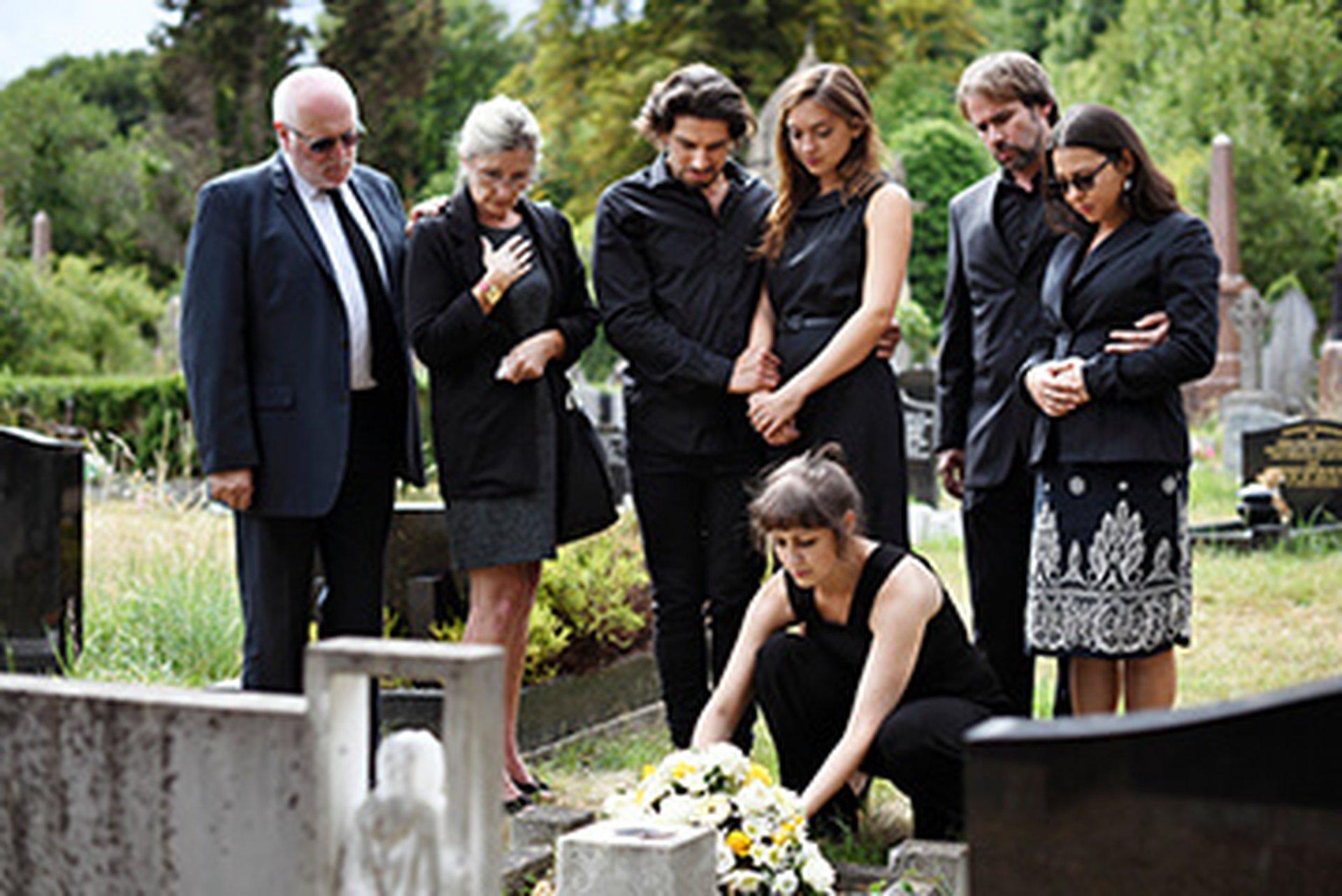 Erbengemeinschaft trauert am Grab: Haus geerbt