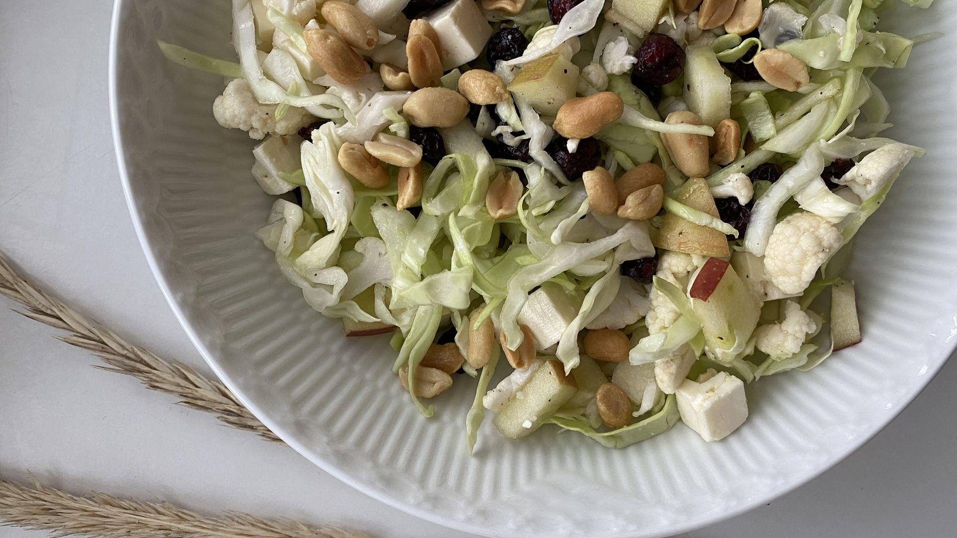 Spidskålssalat med tranebær og peanuts