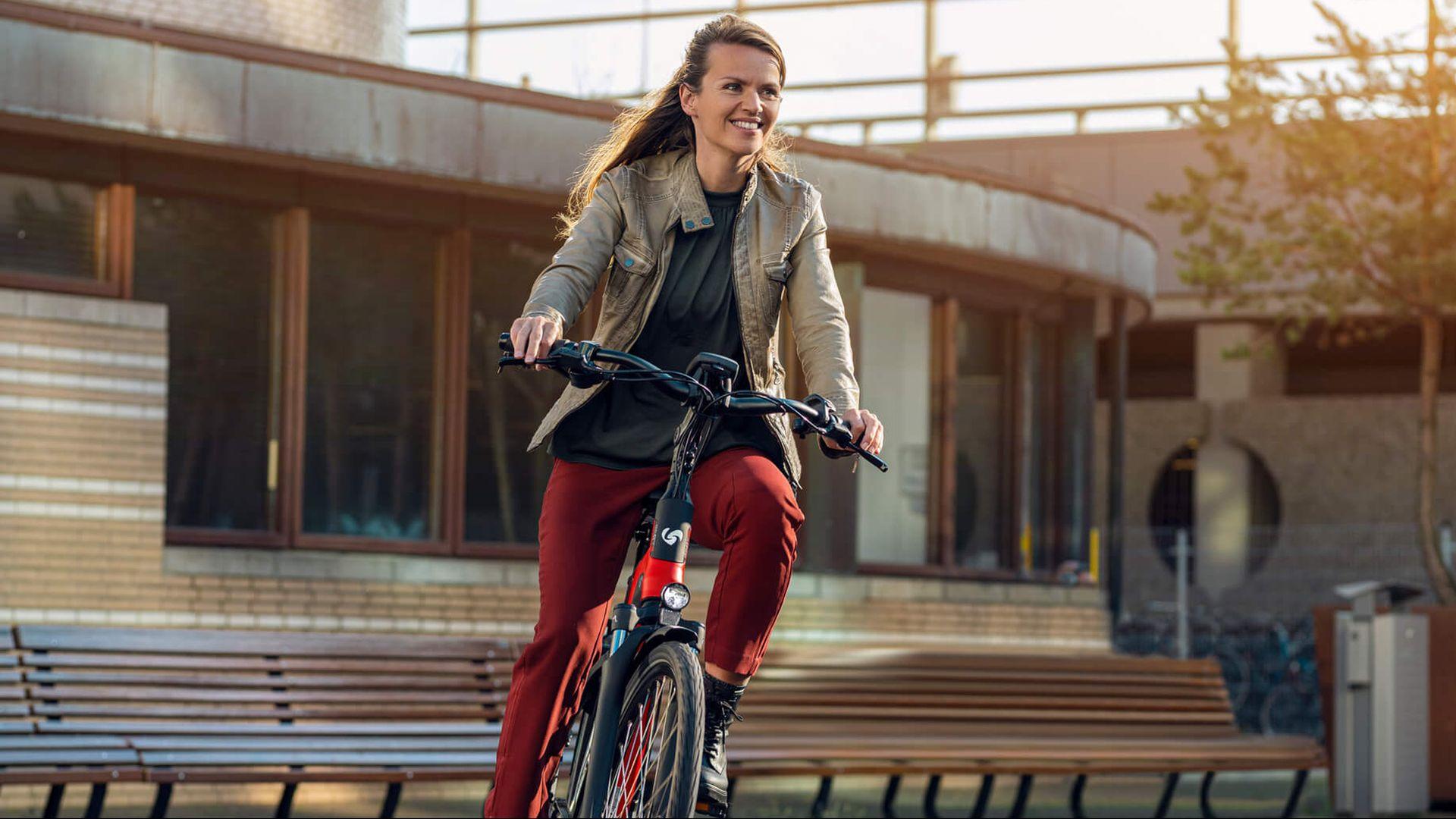 Vrouw op D-Burst van Sparta fietst door bocht in de stad