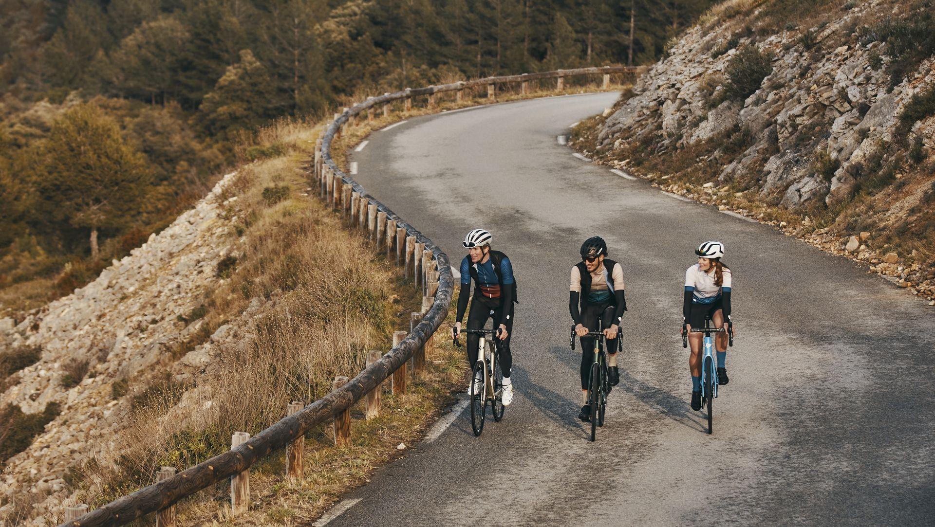 Fahrradfahrer fahren nebeneinander auf ihren Lapierre Rennrädern die Straße hoch
