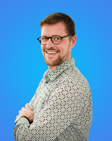 Steven Laurent in front a blue background