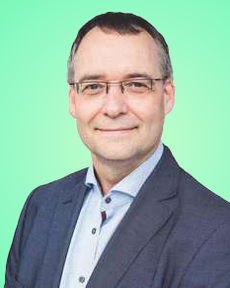 Anton Zandhuis in front of a green background