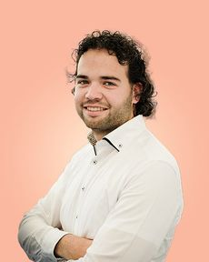 Sören van Vugt in front of an orange background