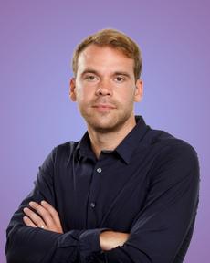 Koen De Maesschalck in front of a purple background