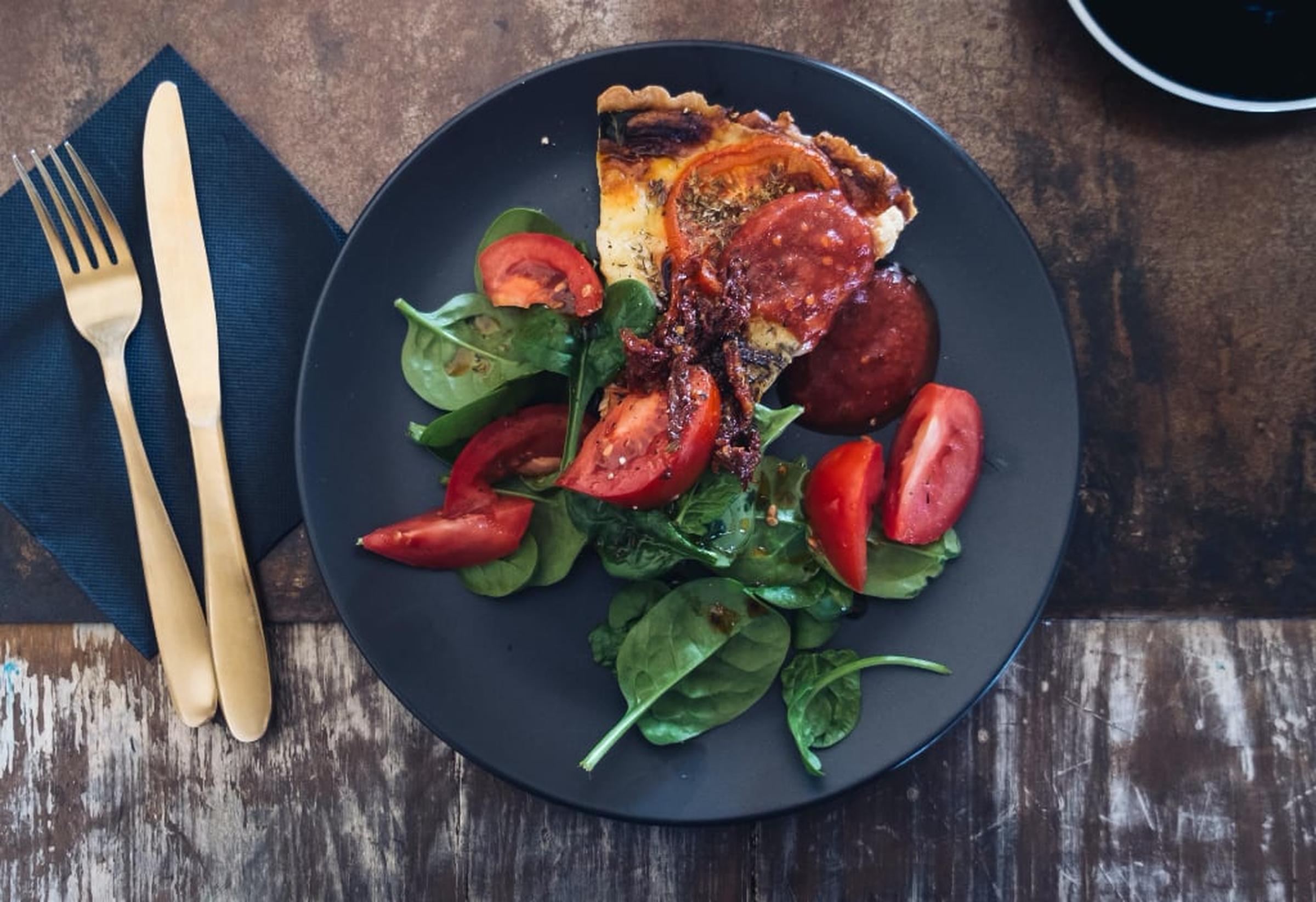 Frasig lökpaj med chèvre och tomat