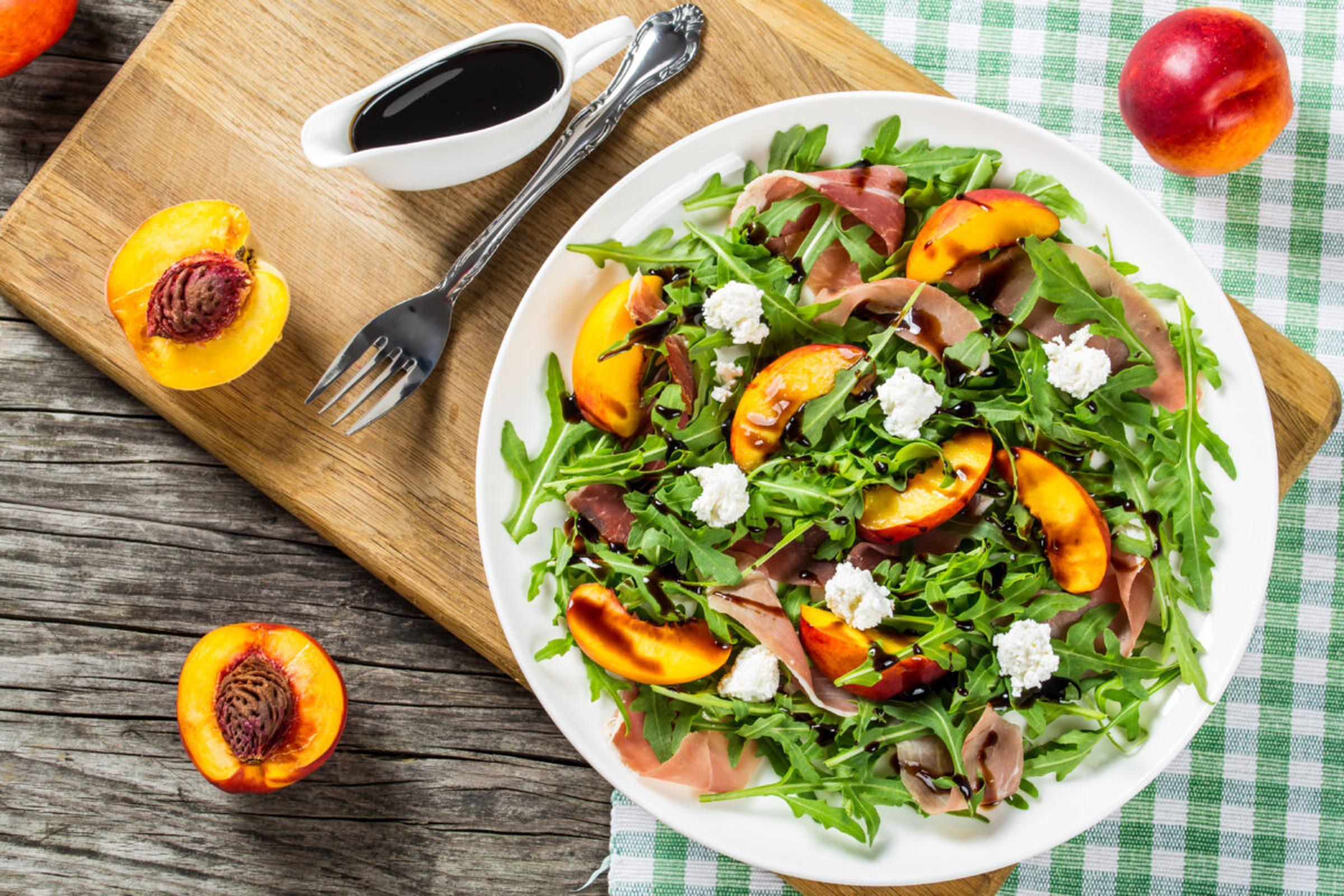 Sallad med getost och rosmarinstekt persika