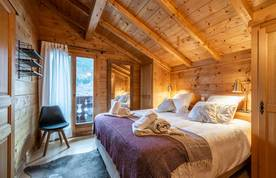 Double bedroom with balcony at Doux Abri chalet in Morzine