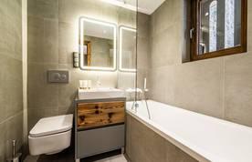 Modern bathroom with bathtub at Douka accommodation in Morzine
