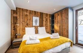 Double bedroom with wooden wall at Eyong accommodation in Chamonix