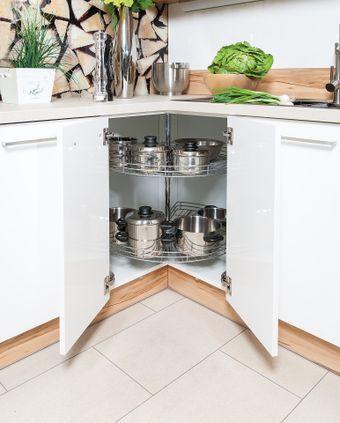 Kücheneckschranklösung mit drehbaren Gitterablagen