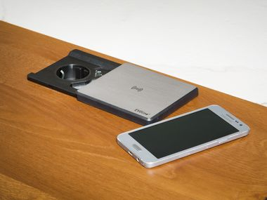 USB Steckdose und Qi Ladestation.