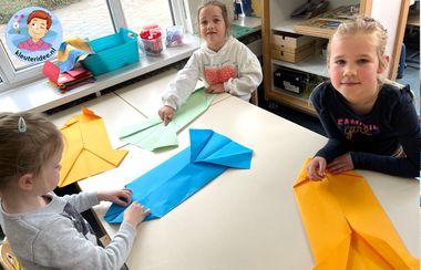 Origami blouse vouwen met kleuters, thema kleding, kleuteridee 3