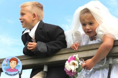 Kleuters maken een trouwreportage van elkaar 2, kleuteridee.nl, thema fotograaf, Kindergarten Photgrapher theme.