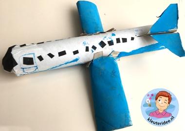 Vliegtuig met motoren knutselen, thema vliegveld voor kleuters, kleuteridee, Kindergarten airport craft 2