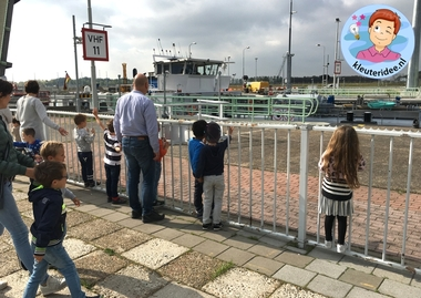 Excursie naar de sluizen thema de haven met kleuters, kleuteridee 1 .