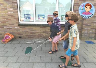 kleuters lopen met zelfgemaakte blindenstok, kleuteridee, thema het oog 3.
