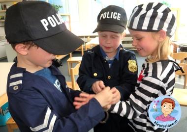 Rollenspel met kleuters, thema politie, politiebureau, boeven vangen, kleuteridee.nl, Kindergarten , Police theme