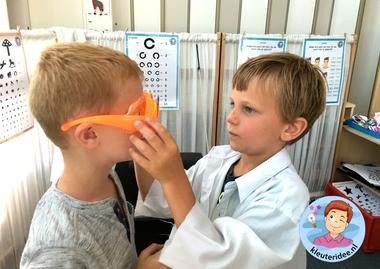 Themahoek opticien voor kleuters, kleuteridee,thema het oog, kindegarten optician role play, eye theme 3.