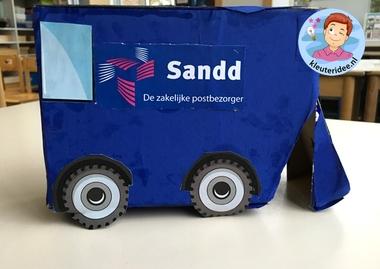 auto'van pakketdiensten maken met kleuters Sandd, thema post en pakket, kleuteridee.