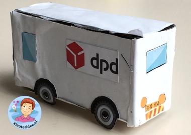 auto'van pakketdiensten maken met kleuters DPD, thema post en pakket, kleuteridee.