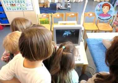 Verloskundige maakt een echo in de klas, thema baby voor kleuters, kleuteridee.nl, Kindergarten baby theme