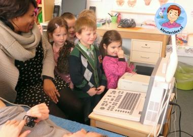 Verloskundige maakt een echo in de klas, thema baby voor kleuters, kleuteridee.nl, Kindergarten baby theme 2