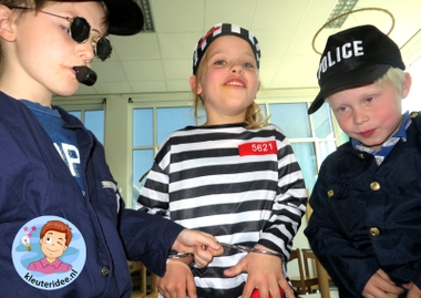 Rollenspel met kleuters, thema politie, politiebureau, boef in de handboeien, kleuteridee.nl, Kindergarten , Police theme