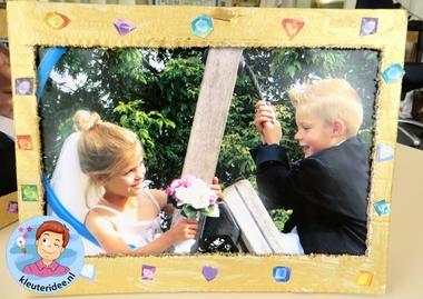 Kleuters maken een gouden lijst voor hun bruidsfoto 2, kleuteridee.nl, thema fotograaf, Kindergarten Photgrapher theme.