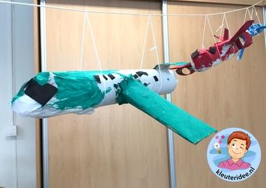 Vliegtuig met motoren knutselen, thema vliegveld voor kleuters, kleuteridee, Kindergarten airport craft 3