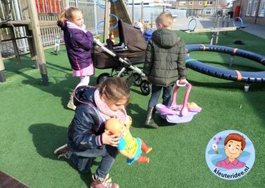 Buiten spelen met 'baby's', kleuteridee.nl, thema baby voor kleuters