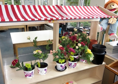 Themahoek tuincentrum voor kleuters, kleuteridee, juf Petra, role play garden center for preschool