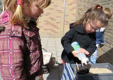 Ideeën voor de schooltuin voor kleuters week 4, kleuteridee.nl , water geven met bidon