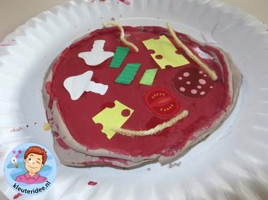 Pizza maken met klei, verf en papier met kleuters 2 , thema restaurant, kijk voor meer info op kleuteridee.