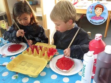 Pizza maken met klei, verf en papier met kleuters , thema restaurant, kijk voor meer info op kleuteridee.