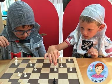 Page leert schaken, kleuteridee