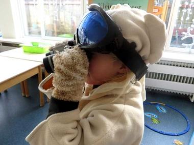 Noordpool hoek warme kleren, verrekijker, sneeuwbril, North pole role play area, kleuteridee.nl
