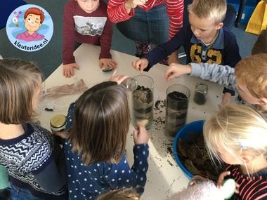 Wormen vangen met kleuters voor een wormenhotel, kleuteridee.nl, Kindergarten worms theme 3