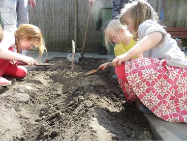 Ideeën voor de schooltuin voor kleuters week 3, kleuteridee.nl , aardappels poten.Ideeën voor de schooltuin voor kleuters week 3, kleuteridee.nl , aardappels poten.