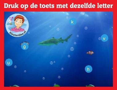 Zoek dezelfde letter op het toetsenbord met kleuters op digibord of computer op kleuteridee.nl, Kindergarten letter game for IBW or computer