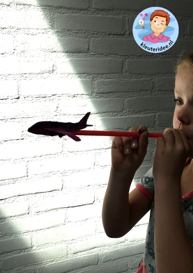 Vliegtuigjes om weg te schieten, kleuteridee, knutselen bij thema het vliegveld, airplane for kindergarten 4 k