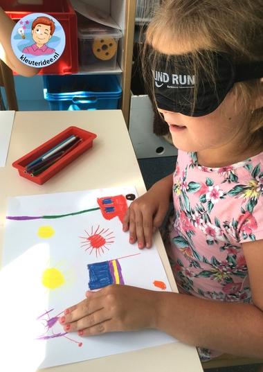 Een tekening maken met een blinddoek om blindheid te ervaren, kleteridee, thema het oog 5.