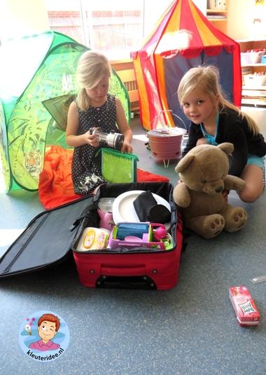 Campinghoek met tenten, rollenspel en hoeken voor kleuters, kleuteridee.nl, preschool camping theme.