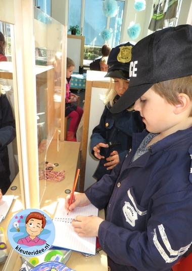 Rollenspel met kleuters, thema politie, politiebureau, aangifte opschrijven, kleuteridee.nl, Kindergarten , Police theme