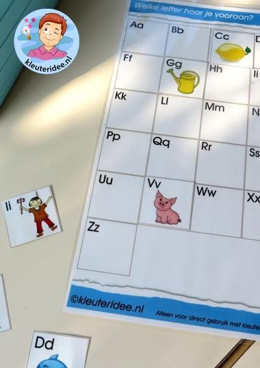 Spelkaart met letterkaartjes voor de taalhoek 2, letters herkennen, eerste letter, kleuteridee.nl, free printable.