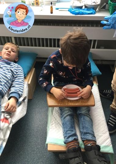 Ziekenhuis rollenspel ziekenhuis kleuters eten rondbrengen, kleuteridee 2